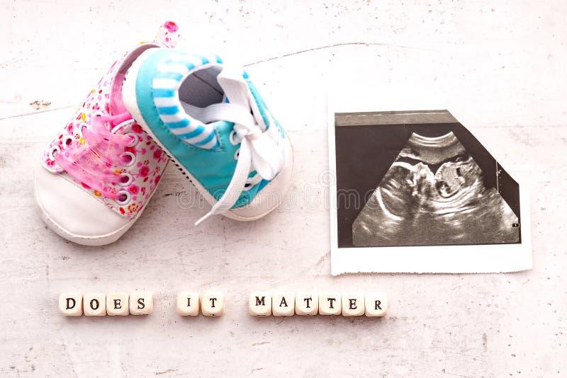 Blauwe en roze babybuiten met een beeld van ultrasone klank 20 weken op een lichte achtergrond De inschrijving het is van belang stock foto's
