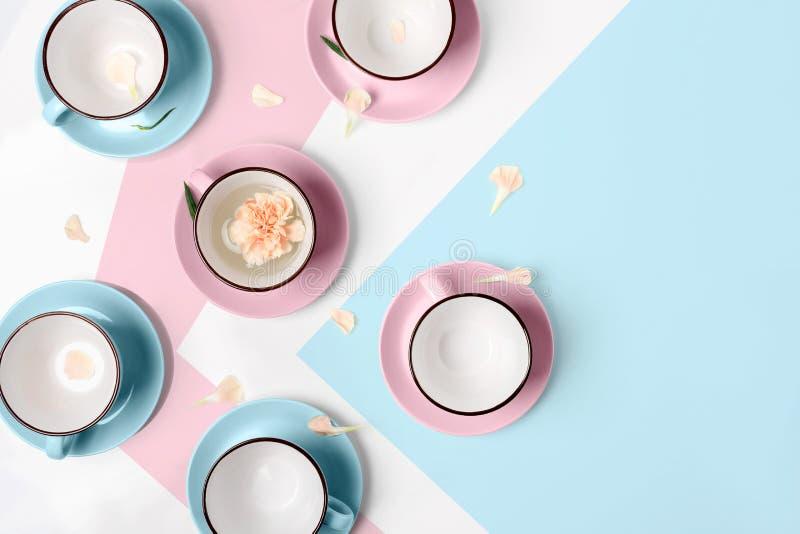 Download Blauwe En Roze Koppen Op Witte Achtergrond Stock Afbeelding - Afbeelding bestaande uit comfortabel, drank: 114225403