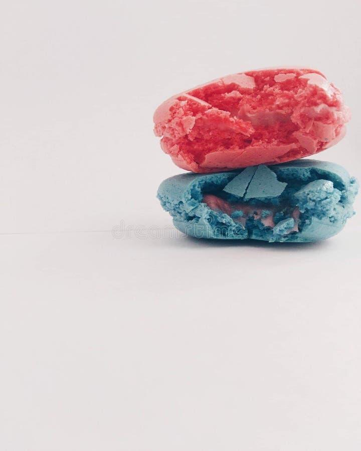 Blauwe en roze macarons stock afbeeldingen