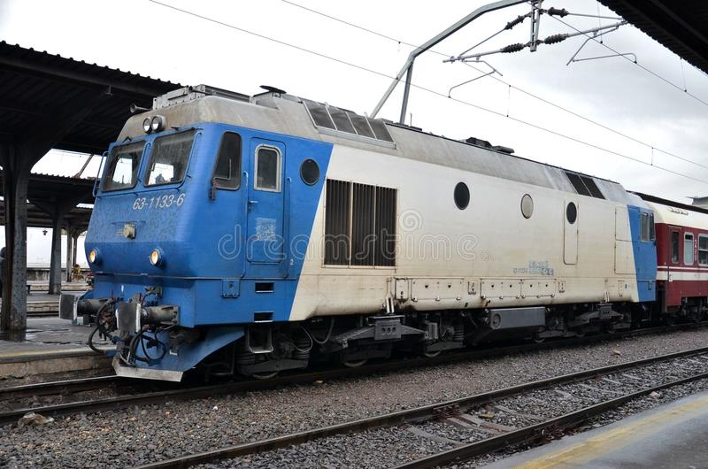 Blauwe en witte diesel elektrische locomotief: Boekarest Roemenië royalty-vrije stock foto