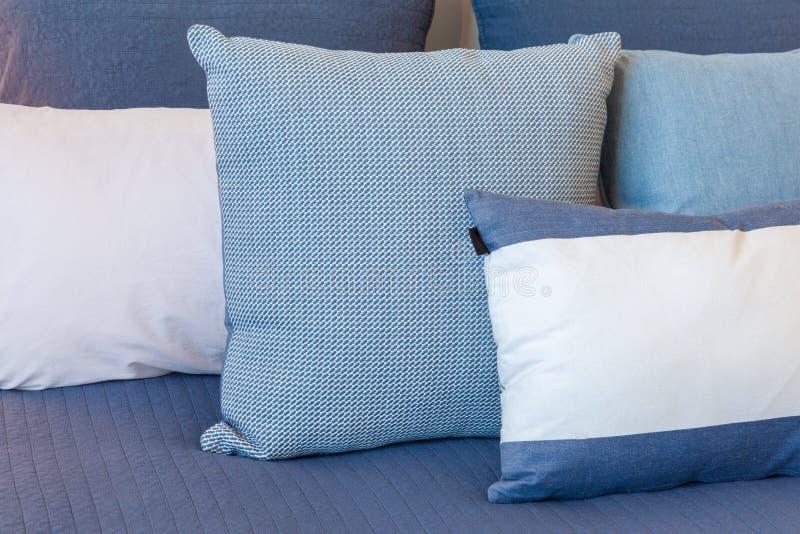 Blauwe en witte hoofdkussens op een bed stock foto's