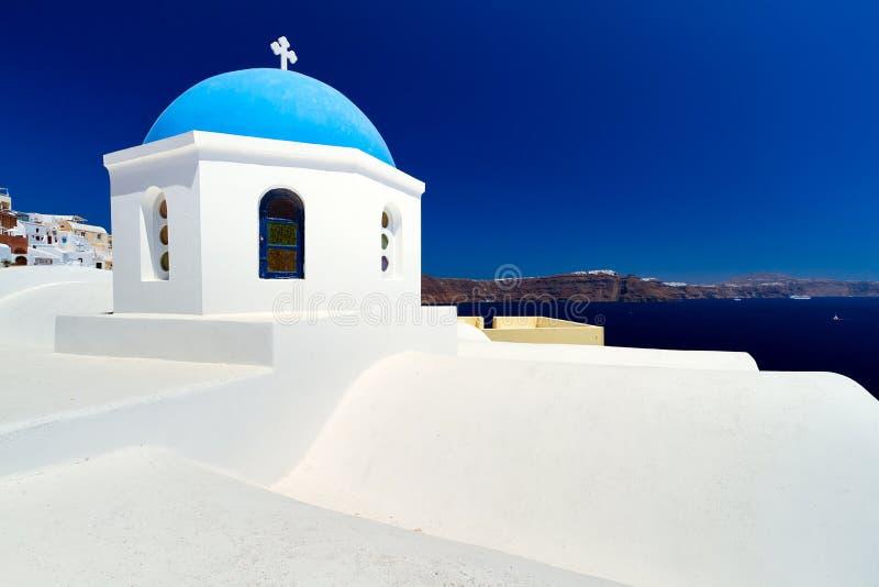 Blauwe En Witte Kerk Op Santorini Stock Fotografie