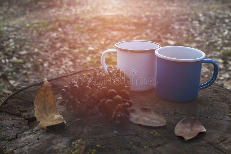 Blauwe en witte koppen van koffie op logboek royalty-vrije stock foto
