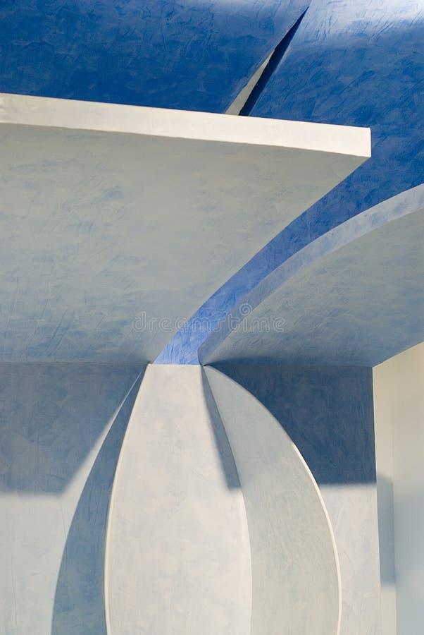 Blauwe en witte ontworpen muren stock foto