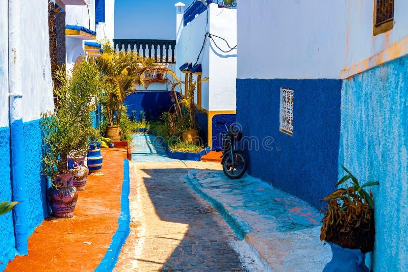 Blauwe en Witte Straat in Kasbah des Oudaias in Rabat Marokko stock foto