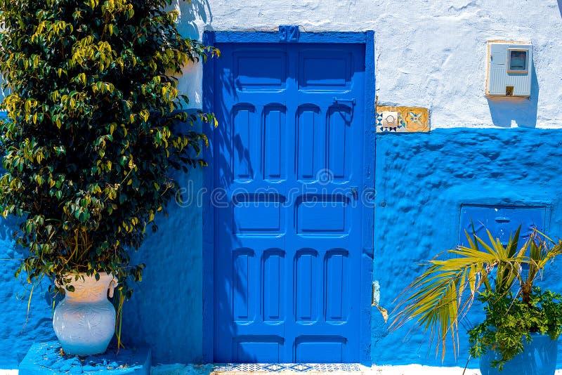 Blauwe en Witte Straat in Kasbah des Oudaias in Rabat Marokko royalty-vrije stock afbeeldingen