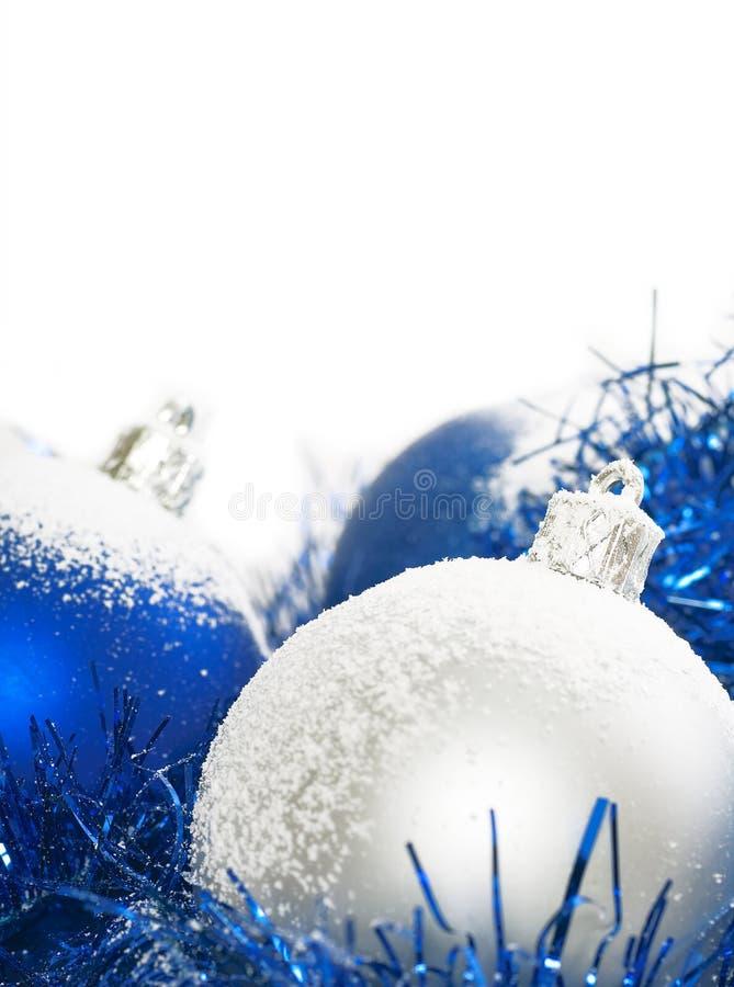 Blauwe en zilveren Kerstmisballen stock foto's