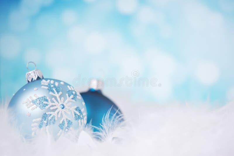 Blauwe en zilveren Kerstmisscène met snuisterijen royalty-vrije stock fotografie