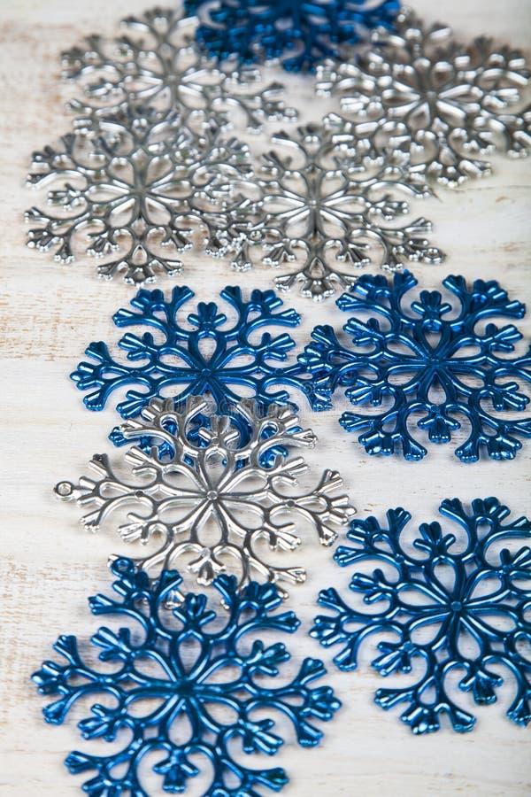 Blauwe en zilveren sneeuwvlokken op een houten achtergrond royalty-vrije stock fotografie