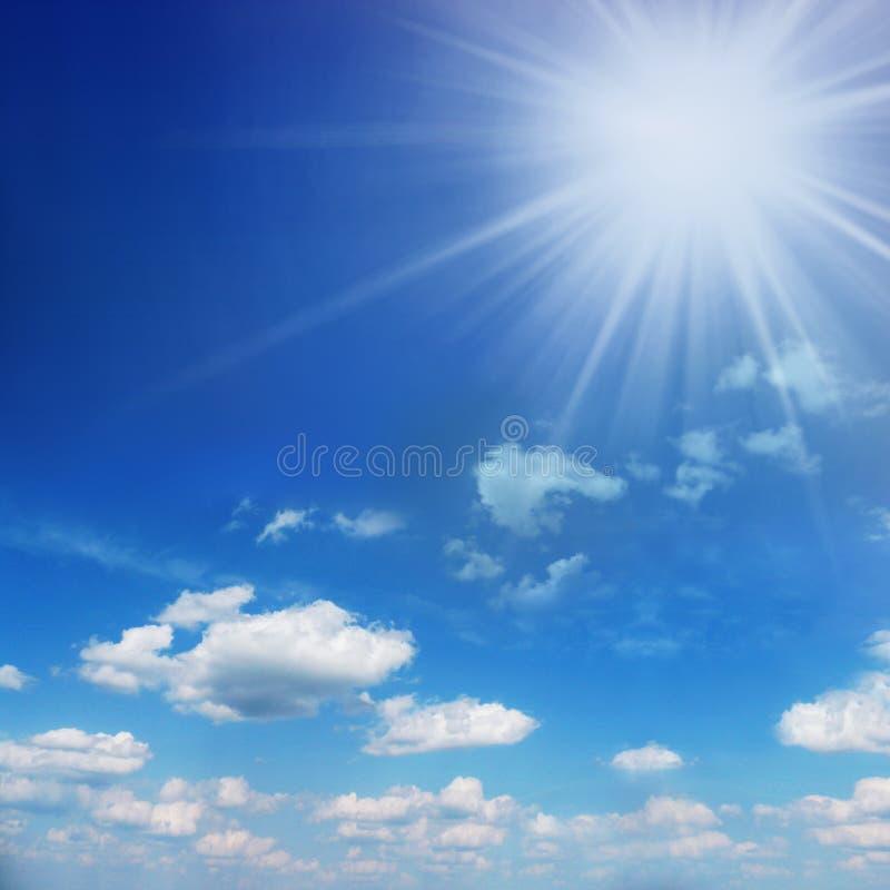Blauwe en zonnige hemel met zon over de wolken royalty-vrije stock afbeelding