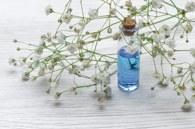 Blauwe essentie helende tint op witte houten lijstachtergrond Essentiële olie royalty-vrije stock fotografie
