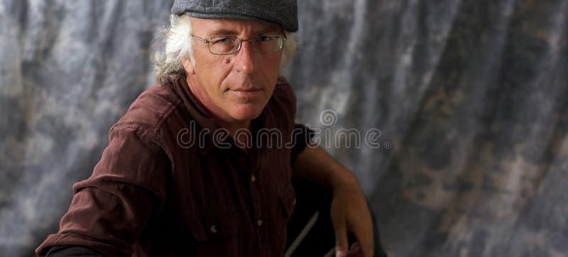 Blauwe eyed mens met glazen en grijs haar die GLB dragen royalty-vrije stock foto