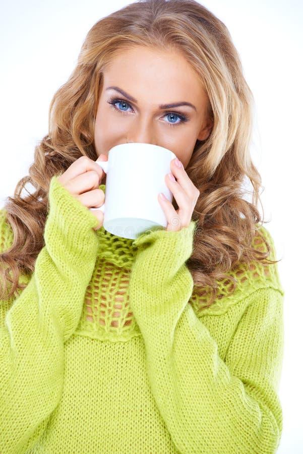 Blauwe eyed vrouw die van een mok koffie genieten royalty-vrije stock afbeeldingen