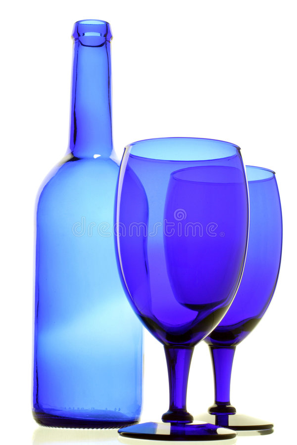 Blauwe fles en glazen stock foto