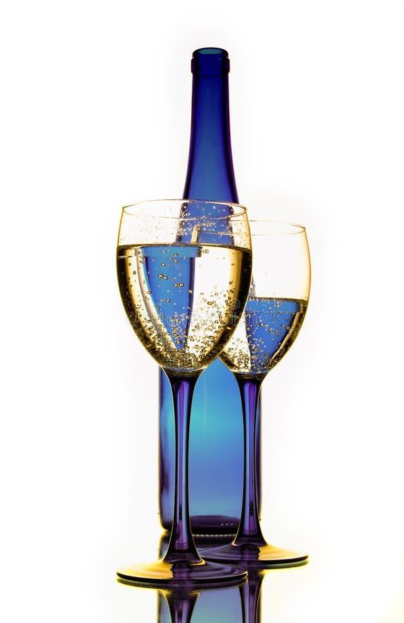 Blauwe fles met glazen royalty-vrije stock afbeeldingen