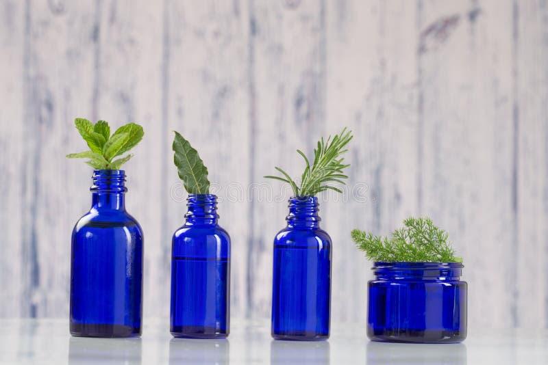 Blauwe flessen van aromatische essentieel royalty-vrije stock foto's