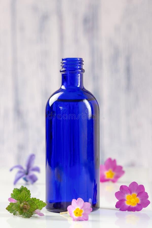 Blauwe flessen van aromatische essentieel royalty-vrije stock foto