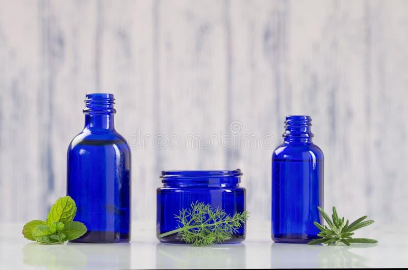 Blauwe flessen van aromatische essentieel stock foto's