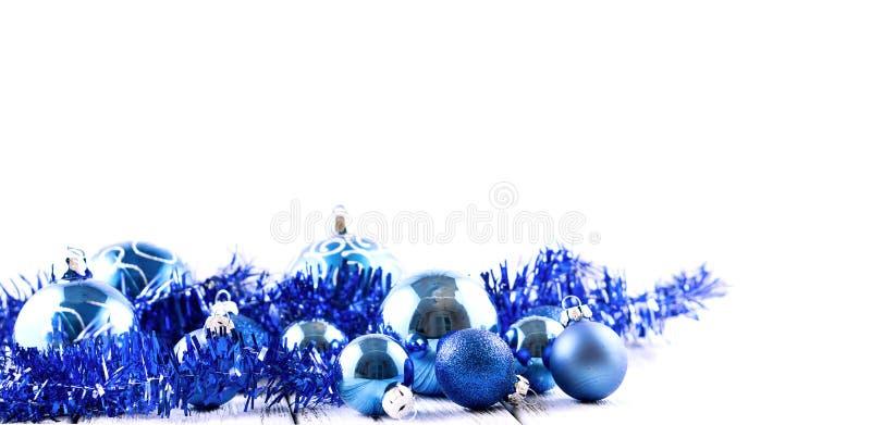 Blauwe geïsoleerde Kerstboomballen en decoratie stock foto's