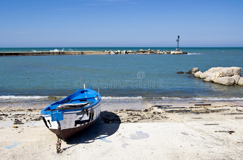 Blauwe gebrande boot op de kust Bari, Italië   royalty-vrije stock afbeeldingen