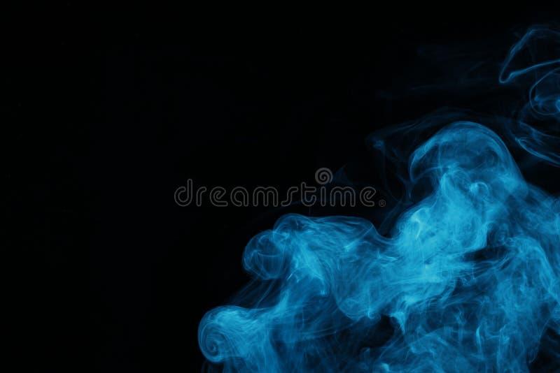 blauwe geestelijke rook op zwarte achtergrond royalty-vrije stock foto