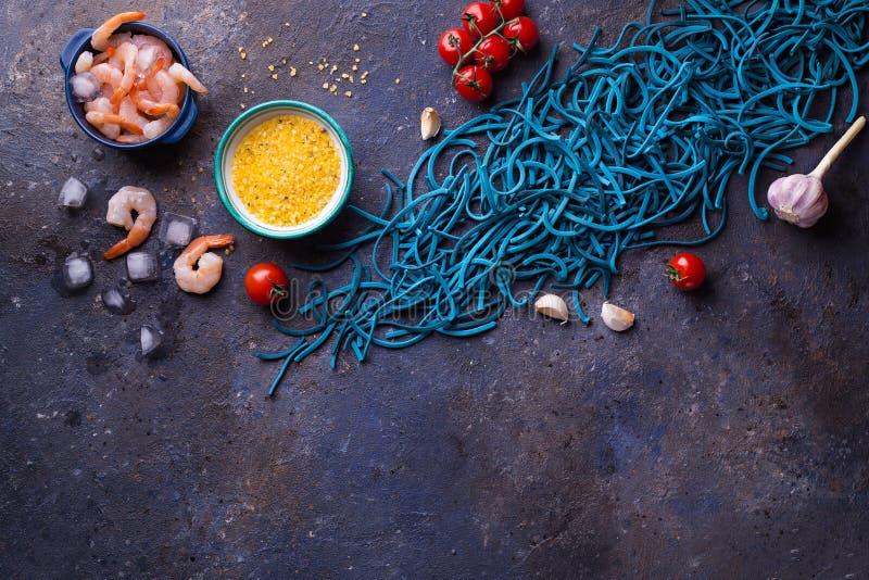 Blauwe Gekleurde Deegwaren met Garnalen, van Cherry Tomatoes, van het Knoflook en van de Citroen Zout op Donkere Achtergrond royalty-vrije stock afbeelding