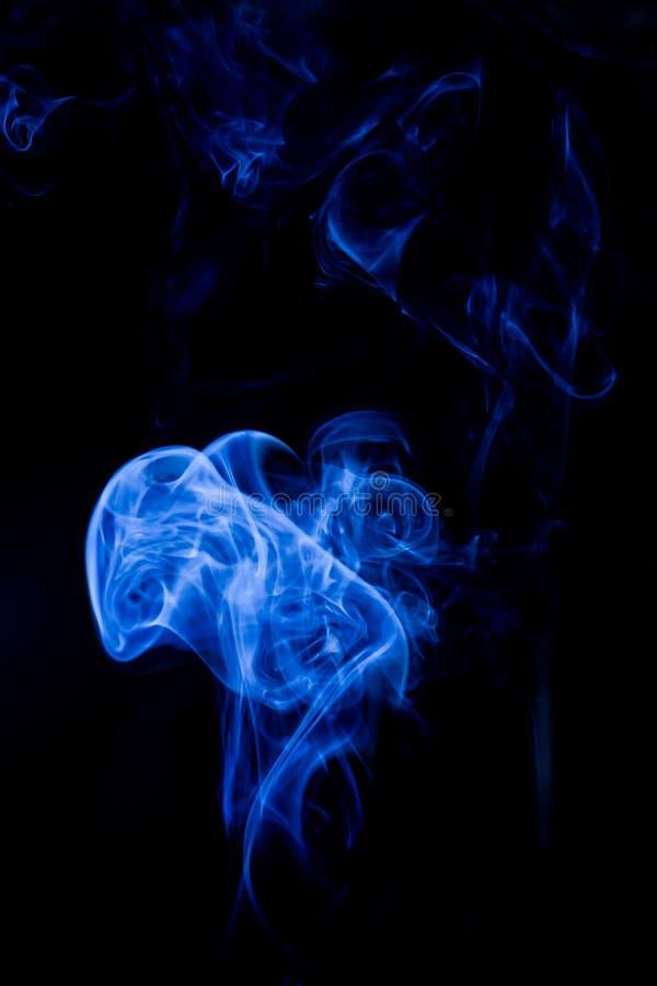 Blauwe giftige dampen op een zwarte achtergrond royalty-vrije stock afbeeldingen