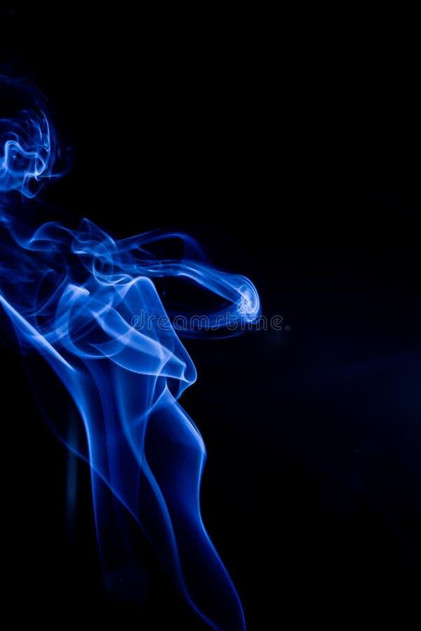 Blauwe giftige dampen op een zwarte achtergrond stock fotografie