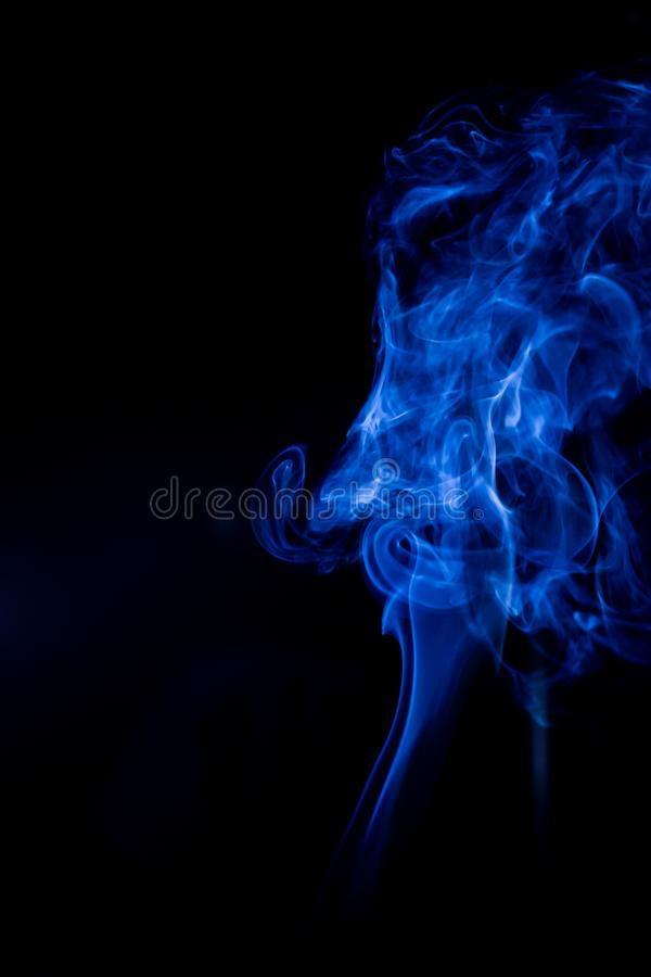 Blauwe giftige dampen op een zwarte achtergrond royalty-vrije stock fotografie