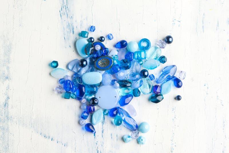 Blauwe glasparels stock afbeeldingen