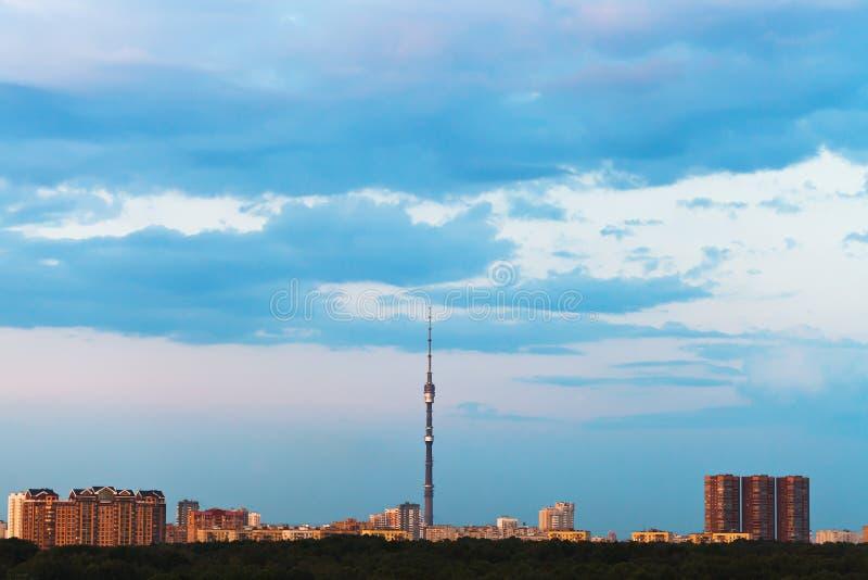 Blauwe gloaming hemel over stad in de zomer stock afbeelding
