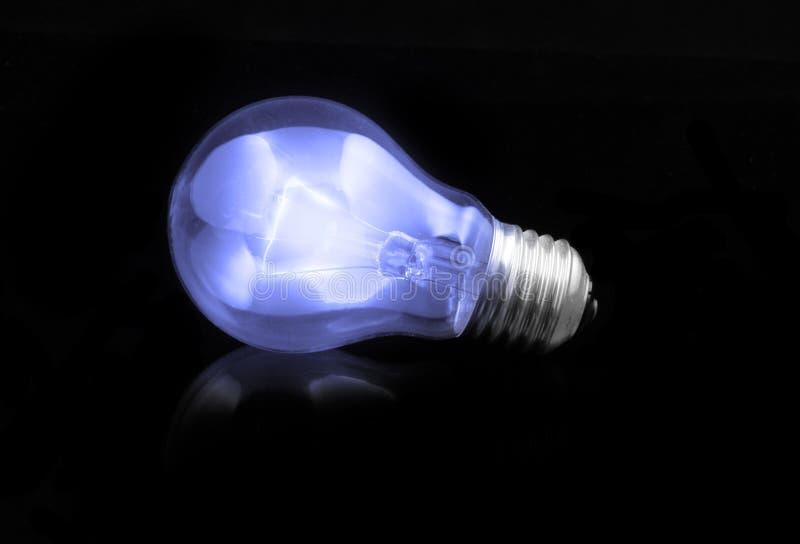 Blauwe gloeilamp stock foto