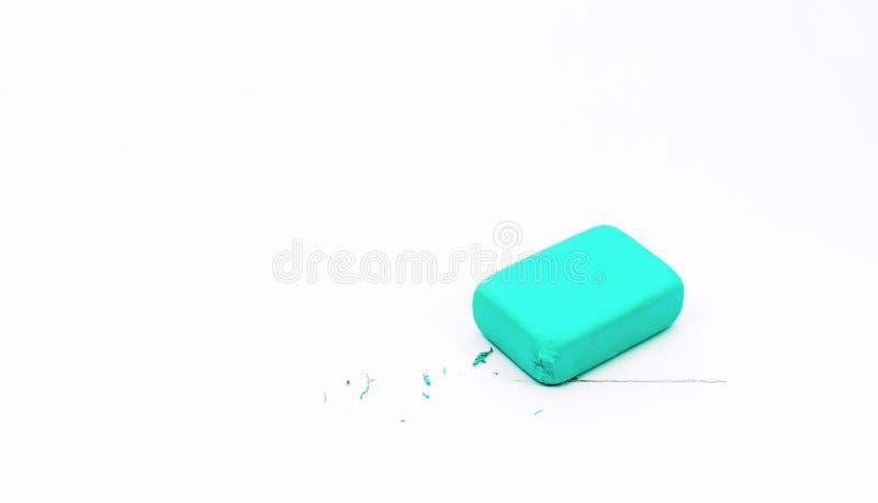 Blauwe gom op een witte achtergrond Lijn die in potlood wordt getrokken De gom wist de lijn turkoois Onderwijs Terug naar School stock afbeelding