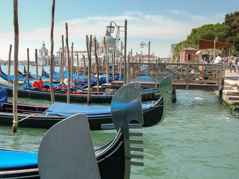 Blauwe gondoles in gondelpijler in Venetië, Italië, Europa stock foto's