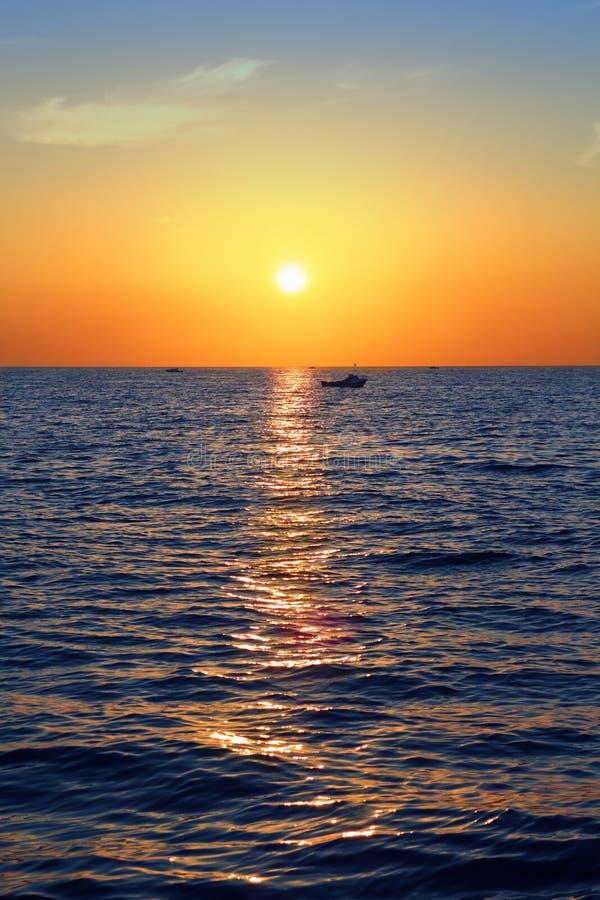 Blauwe Gouden Overzeese Van Het Zonsopgangzeegezicht Oceaan Rode Hemel Royalty-vrije Stock Afbeeldingen