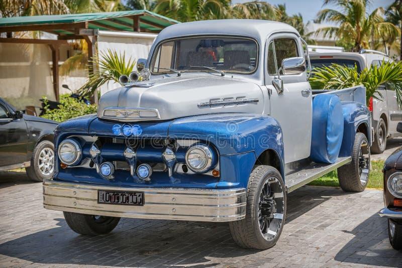 Blauwe, grijze klassieke uitstekende pick-up status stock foto