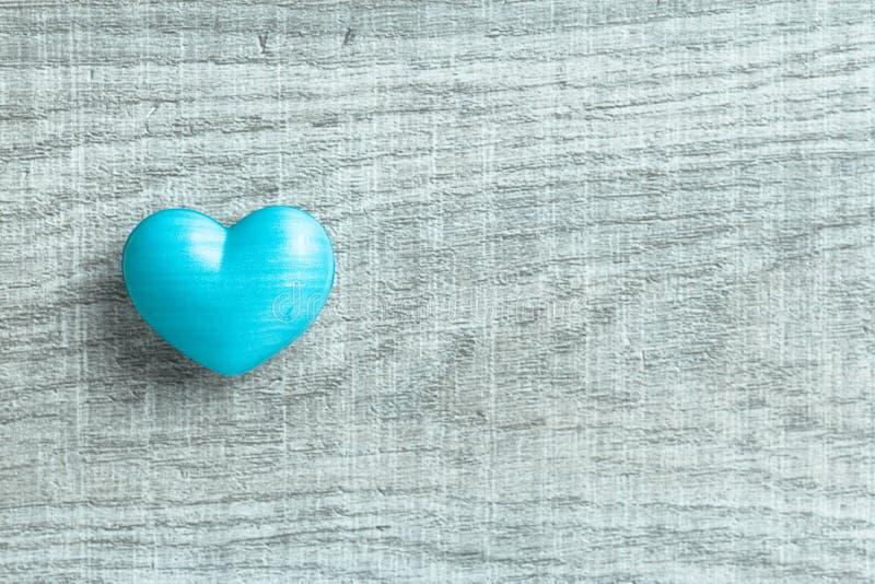 Blauwe hartvorm over houten lijst Symbool van valentijnskaartdag voor royalty-vrije stock fotografie