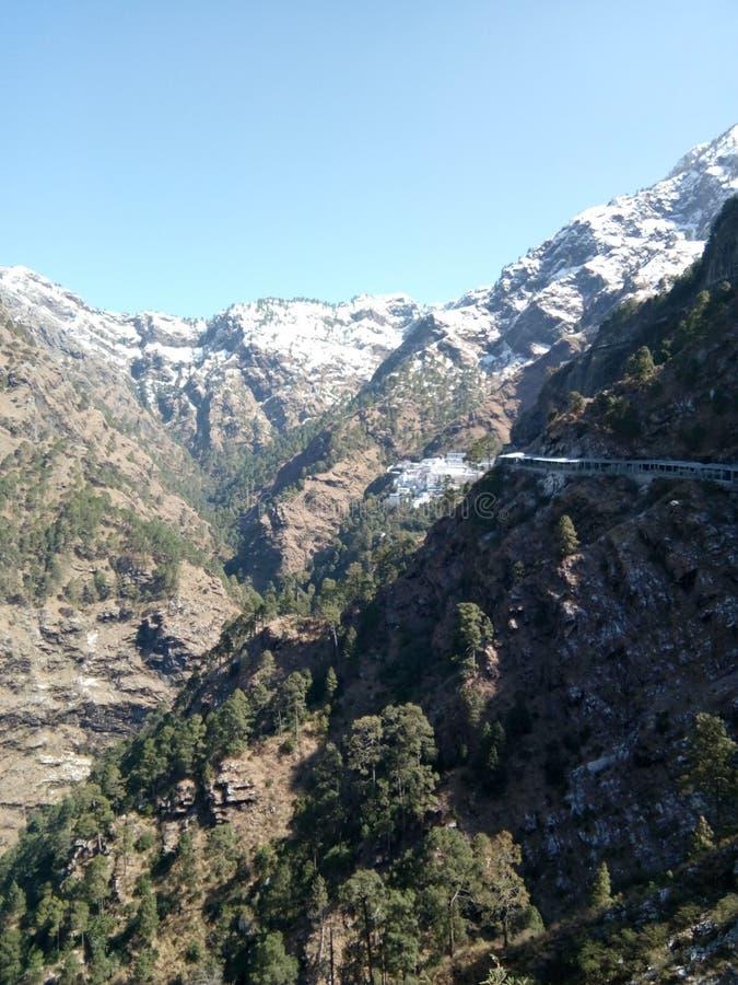 Blauwe hemel & All way Mountain & valleys bij katra, Jammu & Kashmir, India, bedekt met sneeuw op het hoogtepunt stock foto