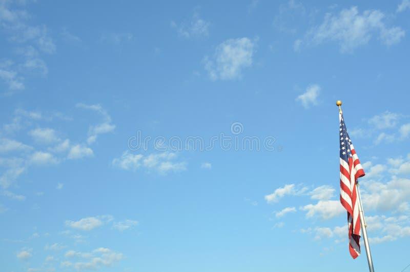 Blauwe hemel Amerikaanse vlag op de mening van het poollandschap stock afbeelding