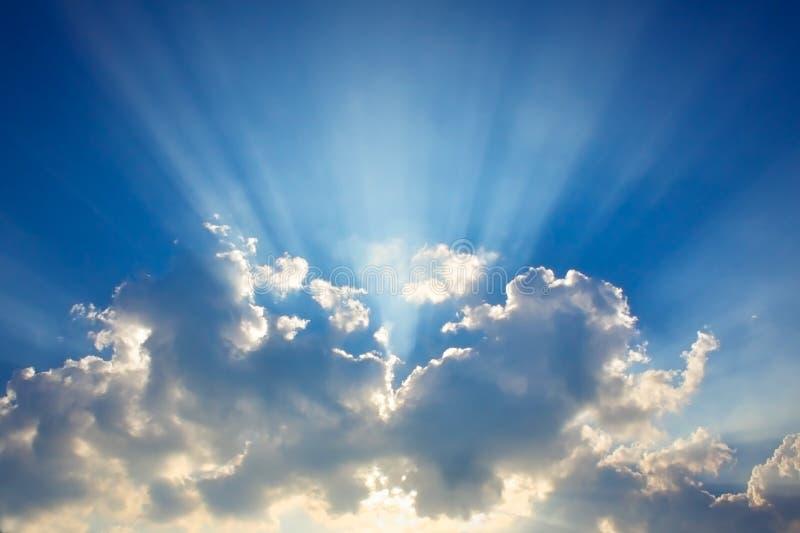 Blauwe hemel & wolken met zonstralen stock fotografie