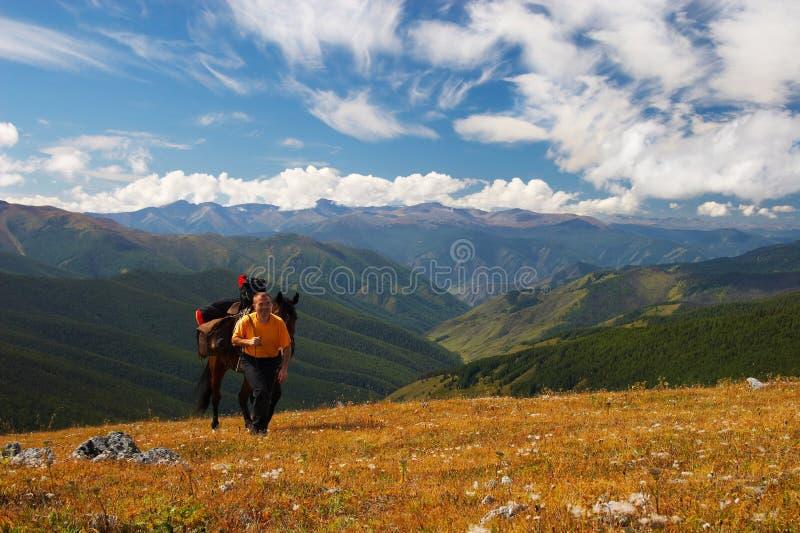 Blauwe hemel, bergen en mensen. royalty-vrije stock fotografie