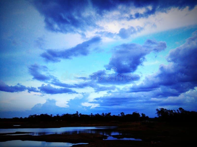 Blauwe hemel bij meer stock foto