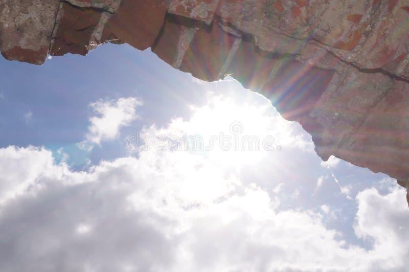 Blauwe hemel door de boog stock foto