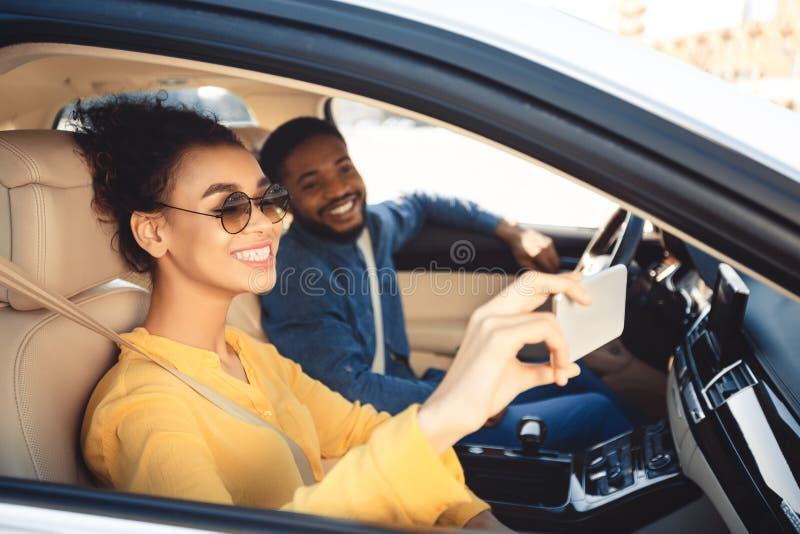 Blauwe hemel en auto Gelukkig paar die selfie in auto nemen stock afbeelding