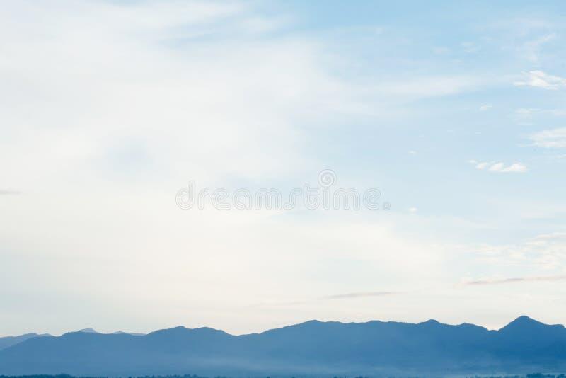 Blauwe hemel en berg bij ochtend stock foto