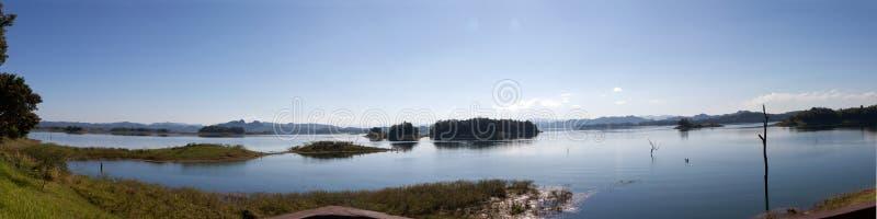 Blauwe hemel en bezinning in het water royalty-vrije stock afbeelding