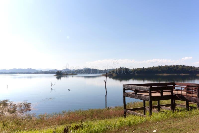 Blauwe hemel en bezinning in het water royalty-vrije stock foto