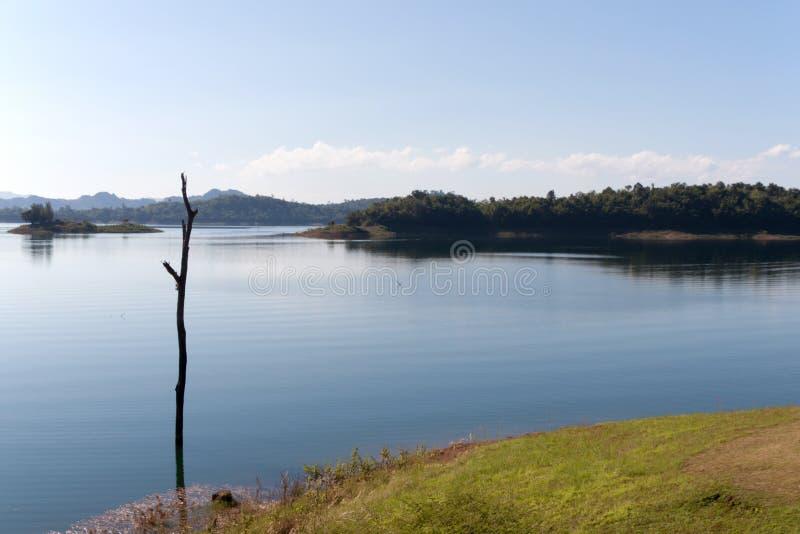 Blauwe hemel en bezinning in het water stock fotografie