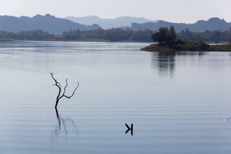 Blauwe hemel en bezinning in het water stock afbeelding