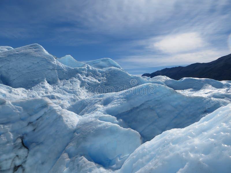 Blauwe hemel en blauw ijs royalty-vrije stock afbeelding